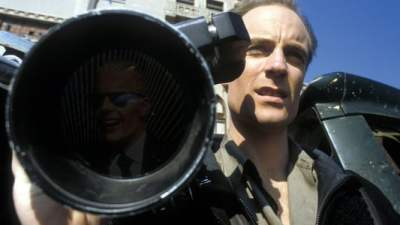 Edison Carter (Matt Frewer) on a story